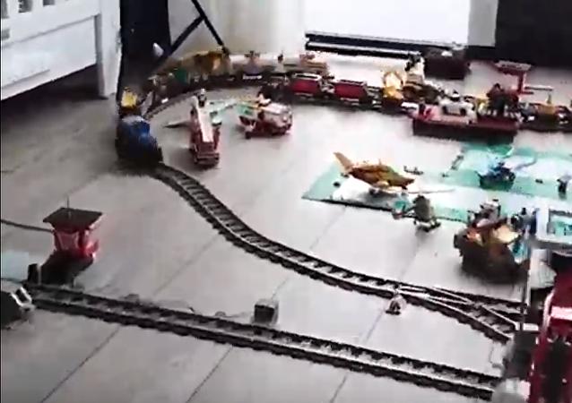 بها 9 خطوط سكك حديدية.. طفل ينشيء مدينة ملاهي داخل منزله