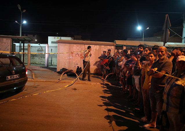 شهود عيان ينظرون إلى المكان الذي فجر فيه رجل نفسه في منطقة منحلة في تونس
