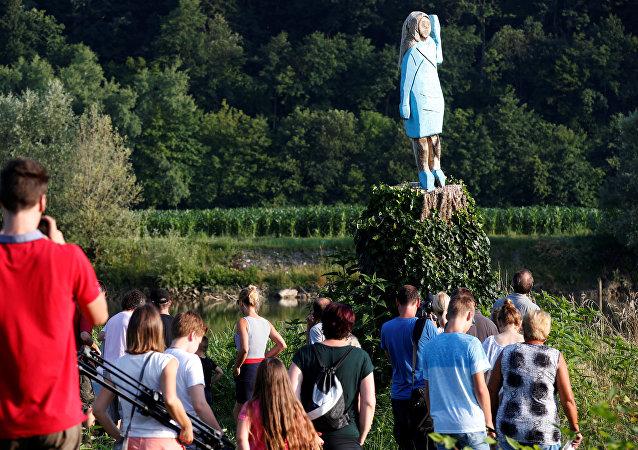 تمثال مضحك لميلانيا ترامب