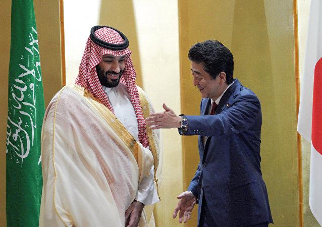 ولي العهد السعودي الأمير محمد بن سلمان ورئيس الوزراء الياباني شينزو آبي في أثناء لقائهما في أوساكا