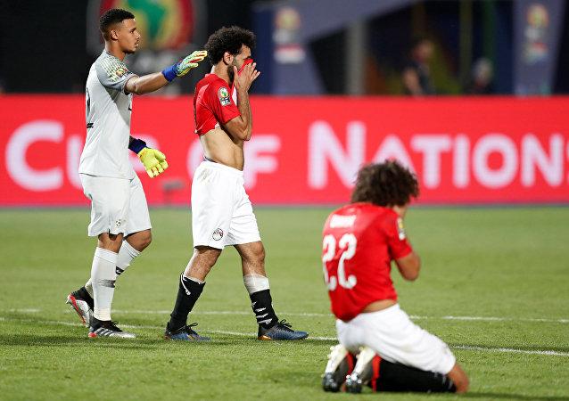 لاعبا منتخب مصر محمد صلاح وعمرو وردة بعد هزيمة فريقهم أمام جنوب أفريقيا