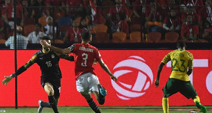 لورش لاعب جنوب أفريقيا يسجل في مرمى المنتخب المصري