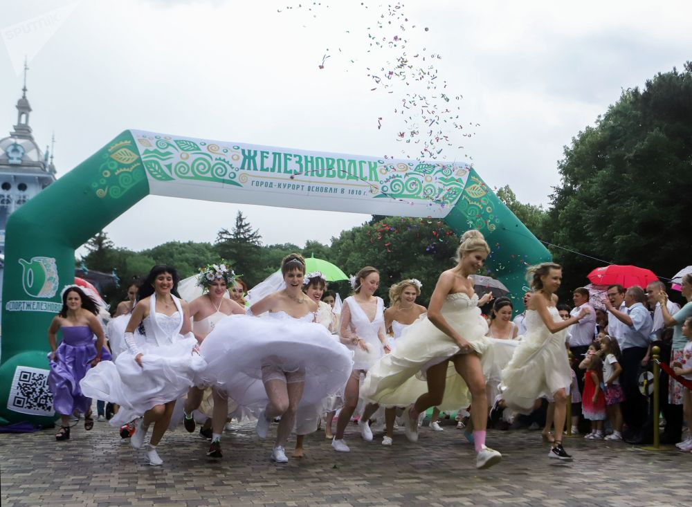 الفتيات قبل بدء سباق العرائس في مدينة جيليزنودوروجسك الروسية
