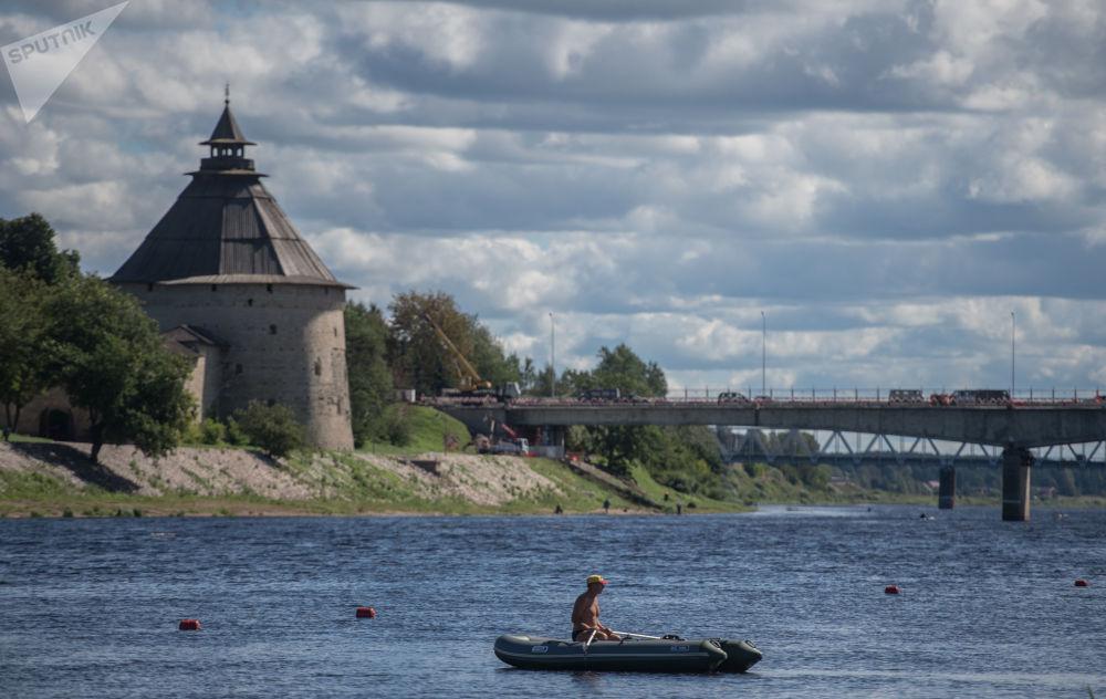 كرملين بسكوف والكنائس المبنية على طراز مدرسة بسكوف المعمارية المطل على نهر فيليكي في مدينة بسكوف، روسيا الاتحادية