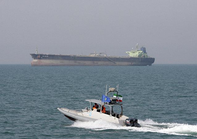 زورق سريع تابع إلى الحرس الثوري الإيراني في الخليج