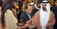 الشيخ حمدان بن زايد آل نهيان يتذوق الشوكولاتة في أحد متاجر لبيع الحلويات في باريس، فرنسا  22 نوفمبر/ تشرين الثاني 2007