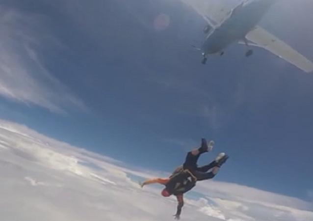 عجوز عمره 88 عاما يقفز من طائرة