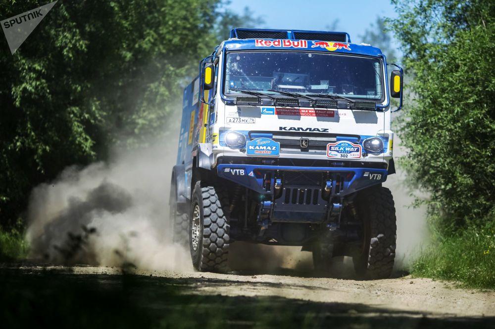 شاحنة في سباق رالي طريق الحرير خلال اجتيازها مرحلة من مراحل السباق في منطقة إيركوتسك الروسية