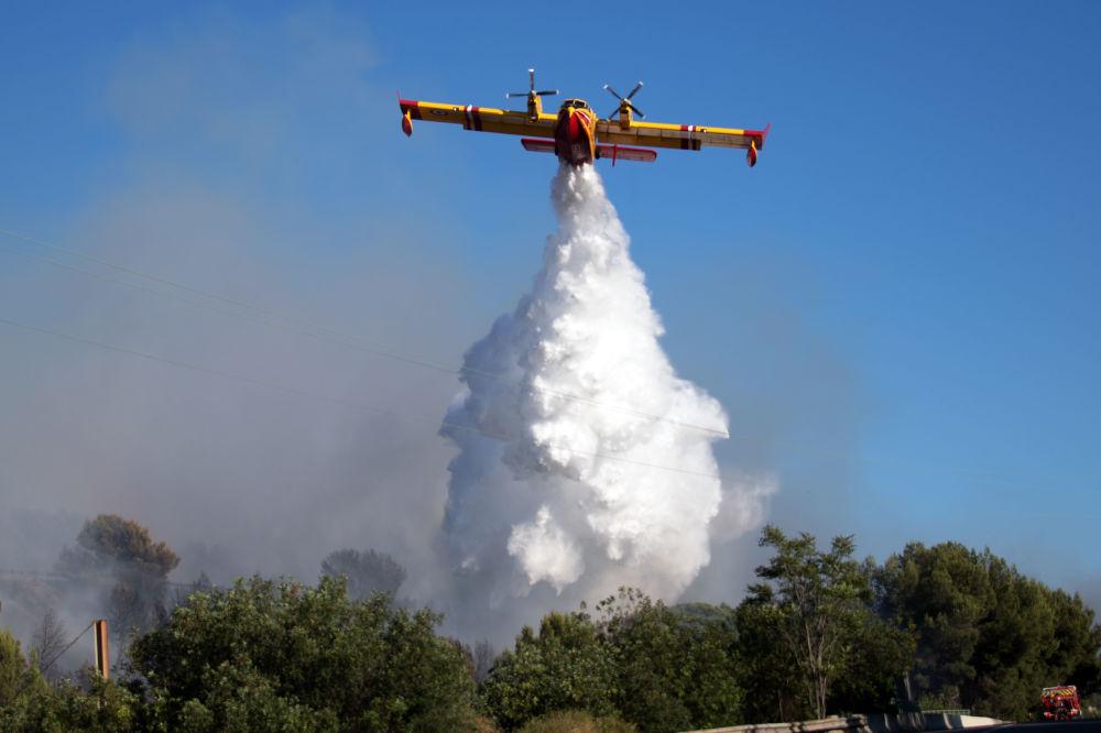 إطفاء الحريق في المنطقة الصناعية بالقرب من مدينة فيتوري في فرنسا، 10 يوليو/ تموز 2019