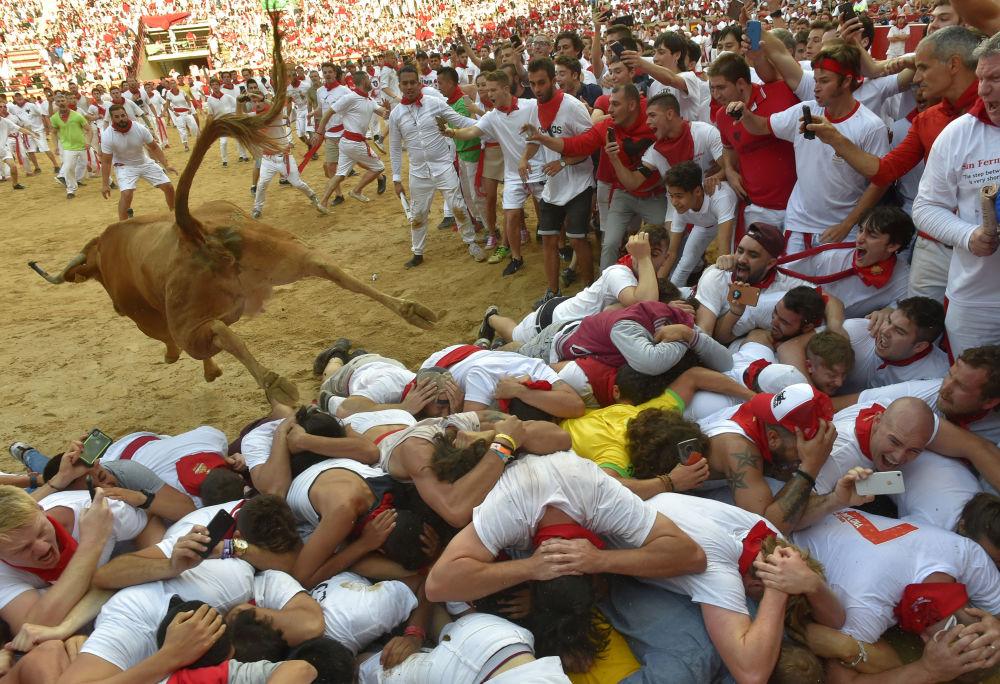 سباق الثيران في مهرجان سان فيرمين في مدينة بامبلونا الإسبانية، 8 يوليو/ تموز 2019