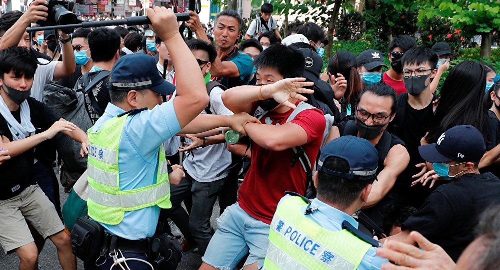 الشرطة تضرب بهراواتها المتظاهرين بعد مسيرة في شونغ شوي في هونغ كونغ