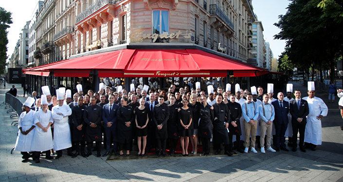 موظفو مطعم فوكيه عشية إعادة افتتاحه في الشانزليزيه بعد حوالي 4 أشهر من نهبه من قبل السترات صفراء
