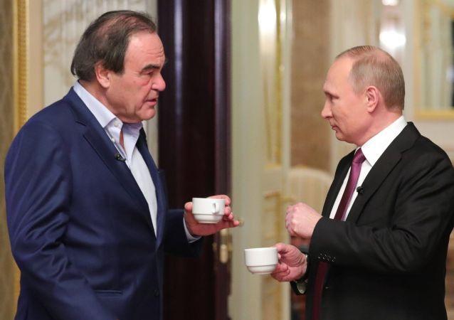 فلاديمير بوتين والمخرج الأمريكي أليفر ستون