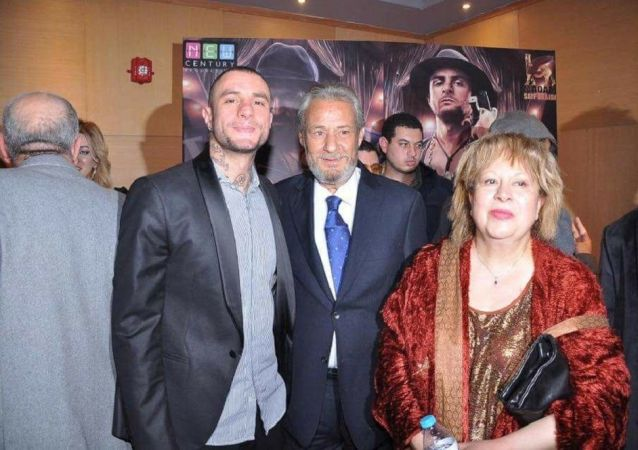 الممثل المصري فاروق الفيشاوي يتوسط نجله أحمد الفيشاوي وزوجته السابقة سمية الألفي