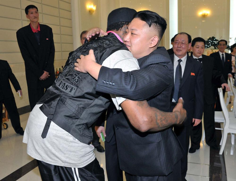 زعيم كوريا الشمالية كيم جونغ أون يحضن لاعب البيسبول الأمريكي دينيس رودمان خلال حفل عشاء في بيونغ يانغ، ككوريا الشمالية 28 فبراير/ شباط 2013