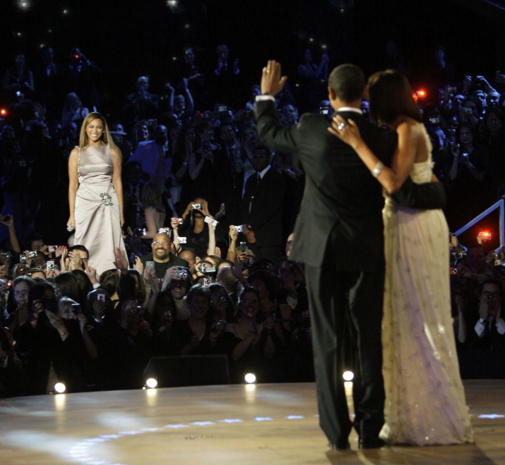 المغنية الأمريكية بيونسيه تبتسم للرئيس الأمريكي السابق باراك أوباما وللسيدة الأولى السابقة ميشيل أوباما، 20 يناير/ كانون الثاني 2009