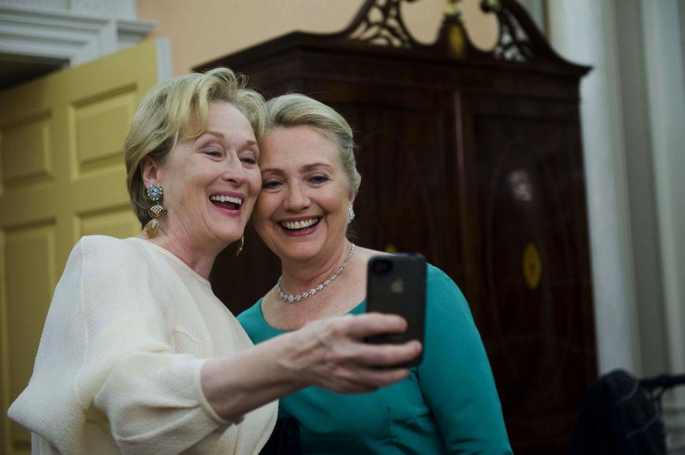 الممثلة الأمريكية ميريل ستريب تلتقط صورة سيلفي مع وزيرة الخارجية الأمريكية السابقة هيلاري كلينتون بعد انتهاء مراسم حفل عشاء في مركز كينيدي، 1 ديمبر/ كانون الأول 2012
