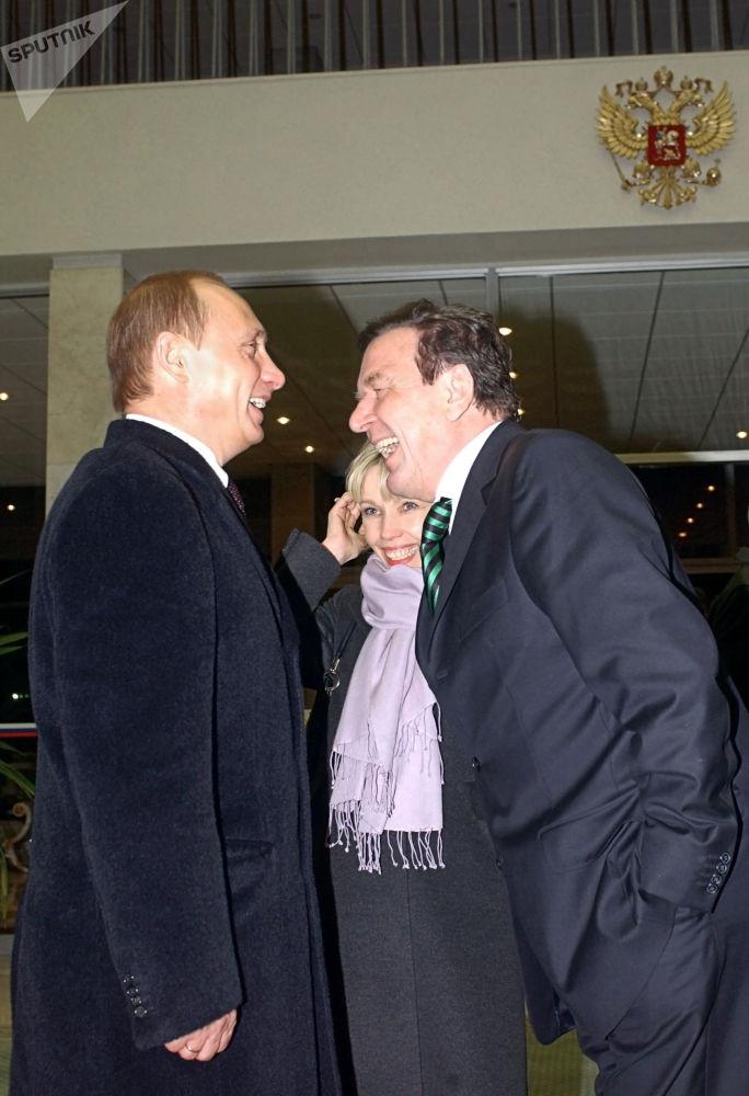 الرئيس الروسي فلاديمير بوتين يستقبل المستشار الألماني الأسبق غيرهارد شريودر في موسكو، عام 2004