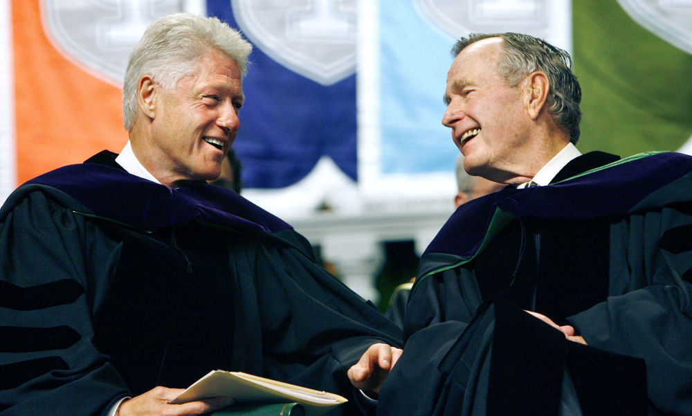 الرئيسان الأمريكيان الأسبقان بيل كلينتون (يسار) و جورج بوش (يمين) خلال مراسم في جامعة تولاين في نيو أورليانز، 13 مايو/ أيار عام 2006