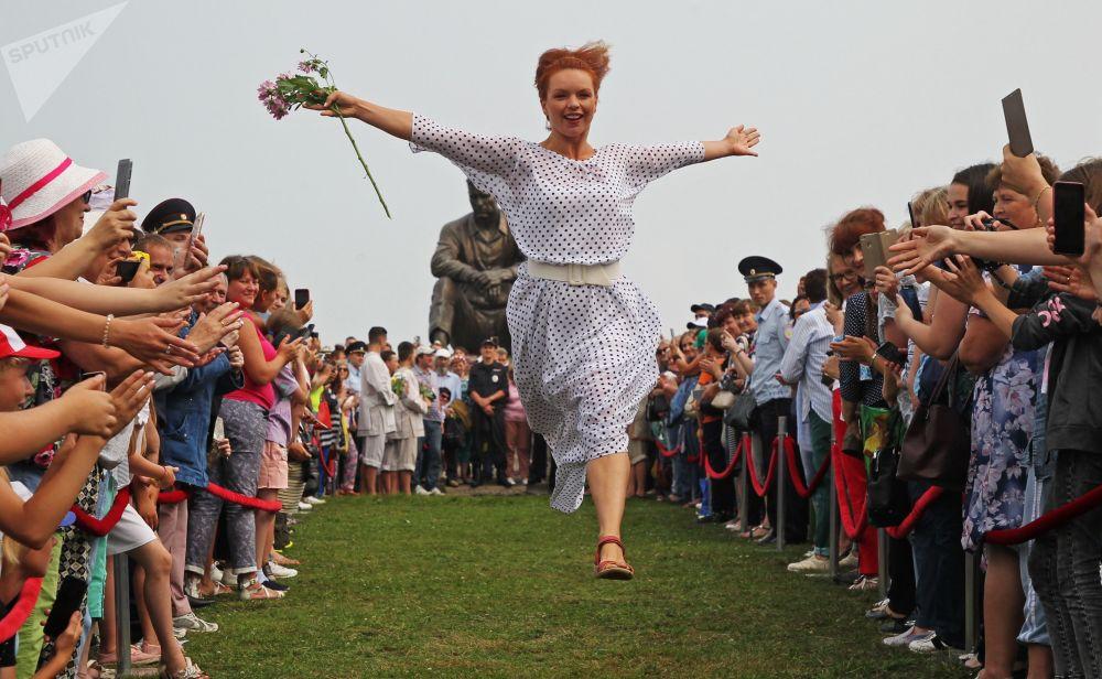 الممثلة أليسا غريبينشيكوفا خلال المهرجان الروسي أيام شوكين في يالطا المكرس لإحياء ذكرى الممثل الروسي فاسيلي ماكوروفيتش شوكين