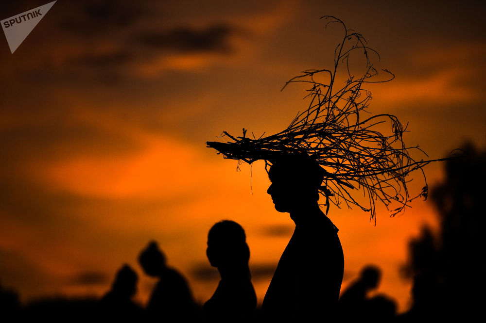 زوار مهرجان المناظر الطبيعية أرخوستويانيه في قرية نيكولا-لينيفيتس في منطقة كالوغا الروسية