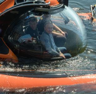 الرئيس الروسي فلاديمير بوتين يتحدث مع أعضاء البعثة بعد الغوص إلى قاع خليج فنلندا بواسطة غواصة ش-308 (سيومغا)، 27 يوليو/ تموز 2019