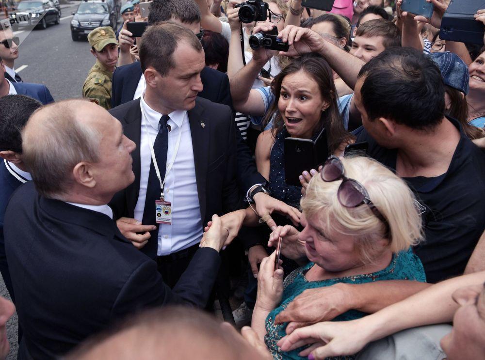 الرئيس فلاديمير بوتين يلتقي بالمواطنين بعد مراسم الاحتفال بيوم البحرية الروسية في مدينة سان بطرسبورغ الروسية، 28 يوليو/ تموز 2019