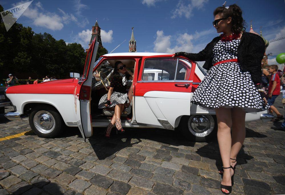 سيارة فولغا قبل بدء السباق السنوي GUM-Autorall على على الساحة الحمراء في موسكو، والتي تشارك فيه سيارات من انتاج أعوام 1930-1970 في مسافة 100 كلم.