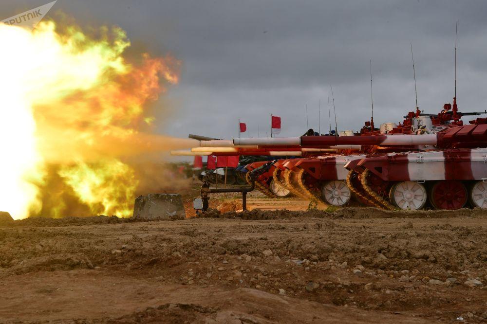 دبابات تي 72بي3 لفريق الجيش الروسي تطلق النار قبل بدء المسابقة الدولية بياثلون الدبابات - 2019 في ميدان التدريب ألابينو بالقرب من موسكو