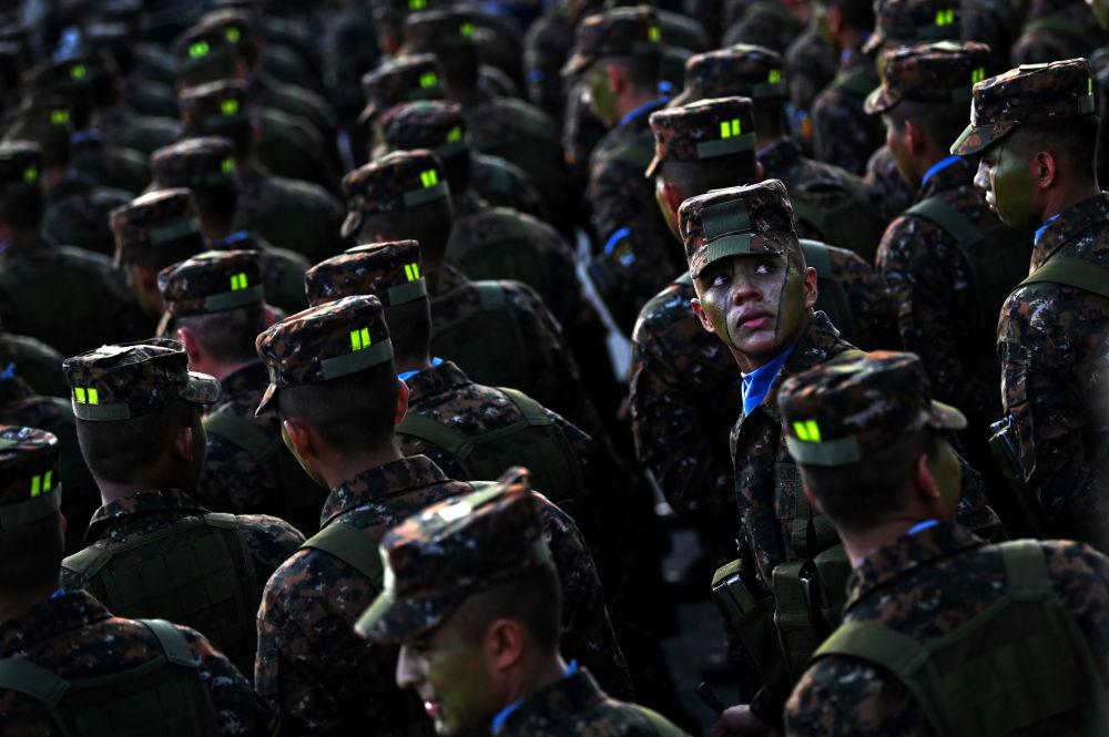 جنود القوات المسلحة في السلفادور في المركز التاريخي لمدينة سان سلفادور في استعراض أمام الرئيس نايب بوكيلي، 29 يوليو/ تموز 2019