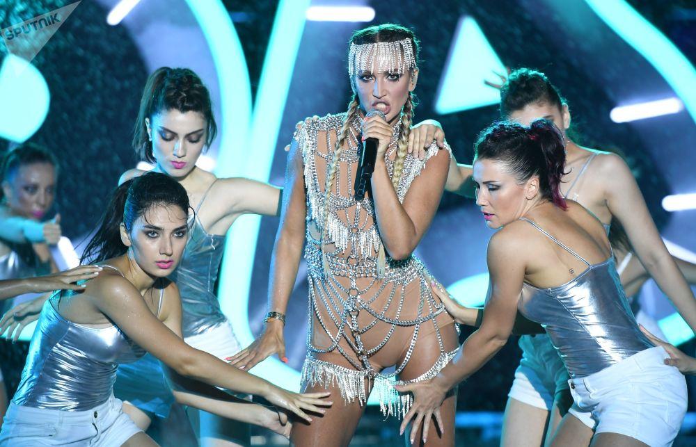 المغنية الروسية ألوغا بوزوفا خلال مهرجان غنائي  جارا في باكو، أذربيجان
