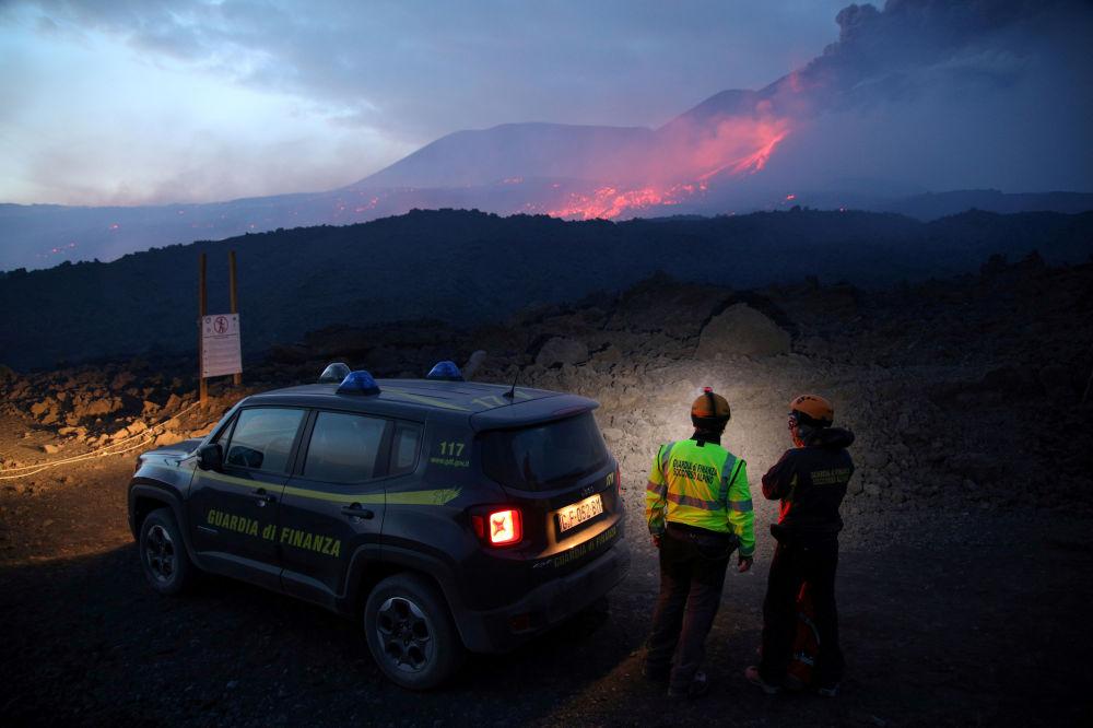 موظفو شرطة الضرائب الإيطالية يراقبون ثوران جبل إتنا في صقلية، 27 يوليو/ تموز 2019
