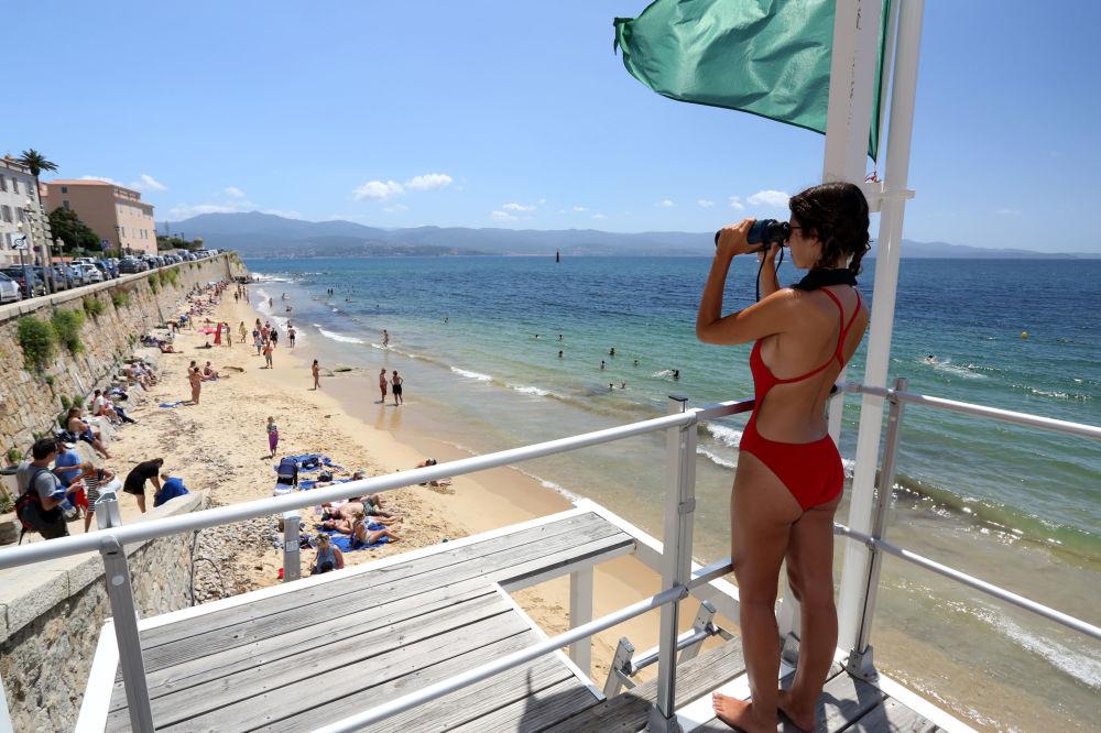 فتاة  في فريق الإنقاذ على برج المراقبة على شاطئ أجاكسيو، كورسيكا 29 يوليو/ تموز 2019