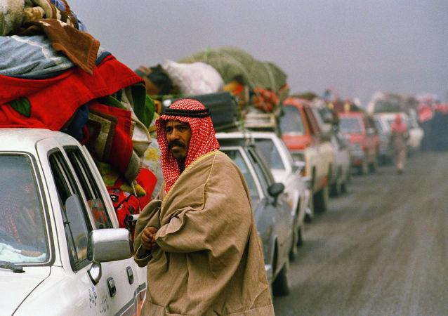 لاجئون كويتيون لا يستطيعون دخول الكويت، خلال الغزو العراقي لبلادهم، عام 1990