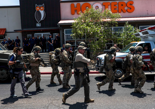 سلطات تنفيذ القانون الأمريكية تتواجد خارج وول مارت بالقرب من مركز تسوق سيلو فيستا في إل باسو، تكساس، السبت 3 أغسطس/آب 2019
