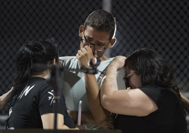 موظفو وول مارت بعد هجمات إطلاق النار في مدينة إل باسو، ولاية تكساس