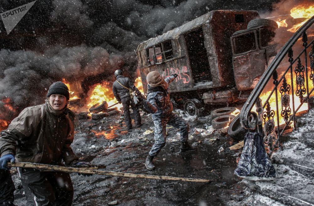 اقتحام معسكر أنصار الاندماج الأوروبي في ميدان الاستقلال. كييف، أوكرانيا 11.12.2013