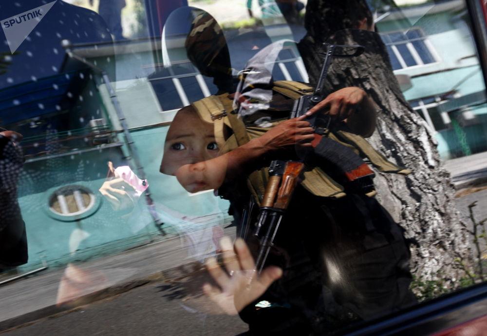 القوات الخاصة في أماكن إقامة الأوزبك للتعرف على الأشخاص الذين شاركوا في أعمال الشغب. 22.06.2010