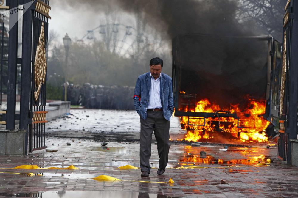 أنصار المعارضة خارج مبنى الحكومة القرغيزية في بشكيك