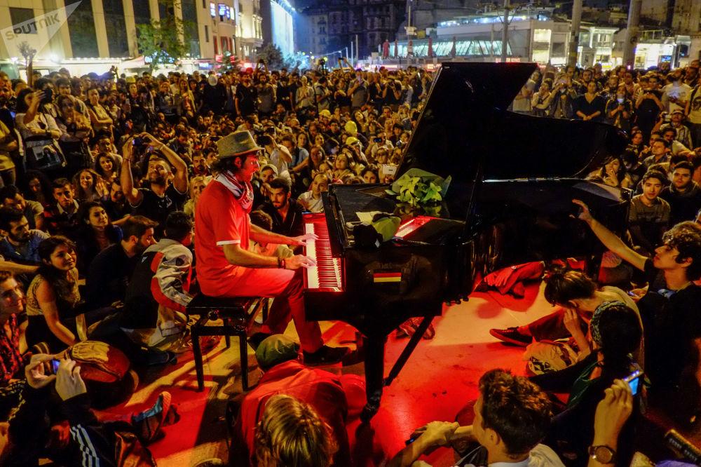 رجل يعزف على البيانو للمتظاهرين في ساحة تقسيم في اسطنبول. اسطنبول، تركيا 13.06.2013