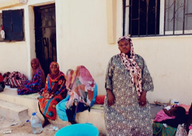نساء وأطفالهن من أصول سودانية في مركة الإيواء قنفودة في بنغازي