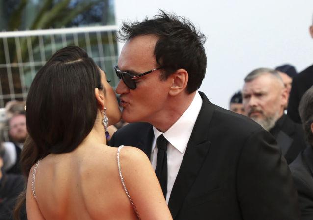 المخرج تارانتينو يقبل زوجته دانييلا بيك