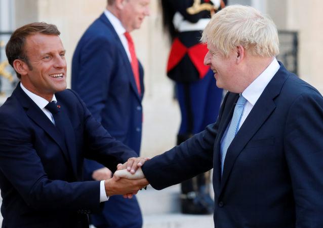 رئيس وزراء بريطانيا بوريس جونسون مصافحا الرئيس الفرنسي إيمانويل ماكرون خارج قصر الإليزيه بالعاصمة الفرنسية باريس، 22 أغسطس/آب 2019