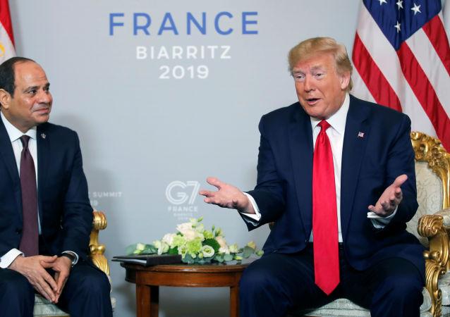 الرئيس الأمريكي دونالد ترامب يلتقي الرئيس المصري عبد الفتاح السيسي في قمة مجموعة السبع في فرنسا