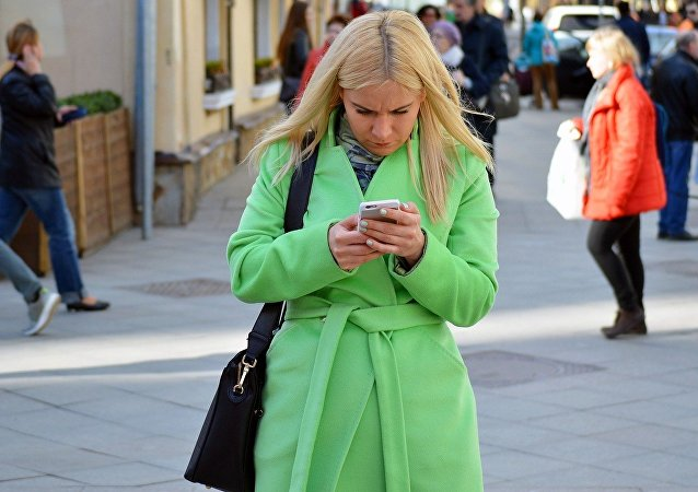 امرأة تستخدم هاتف ذكي