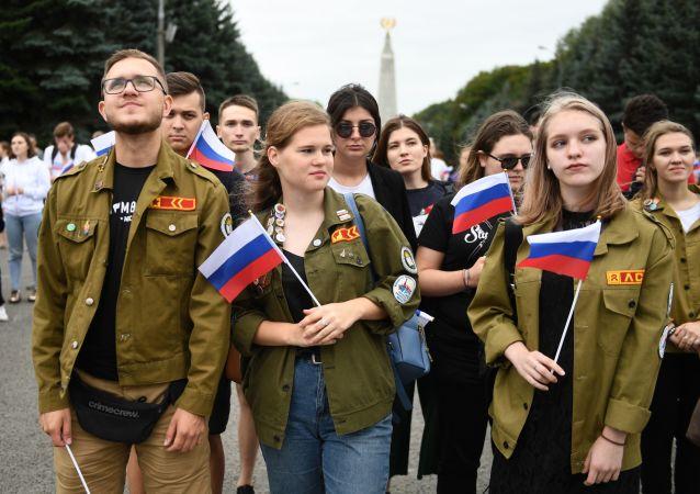 المشاركون في الاحتفال بمناسبة عيد العلم الروسي