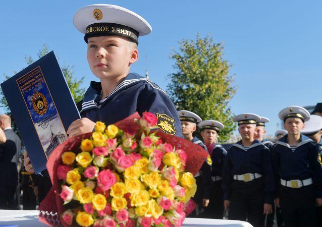 تلاميذ معهد البحرية باسم ناخيموف في مدينة سان بطرسبورغ خلال يوم المعرفة في 1 سبتمبر/ أيلول 2019