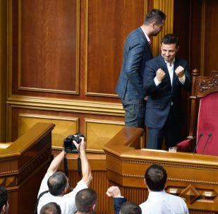 رئيس أوكرانيا فلاديمير زيلينسكي أثناء اجتماع البرلمان الأوكراني في كييف