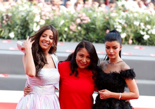 المخرجة السعودية هيفاء المنصور مع بطلات فيلمها المرشحة المثالية في مهرجان فينيسيا السينمائي الدولي الـ76