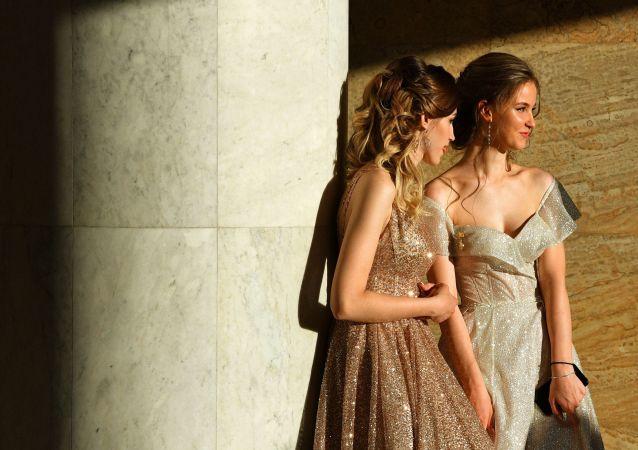 خريجات المدرسة الثانوية في موسكو خلال مراسم احتفالية بهذه المناسبة فيبوسنيكي-2019 (الخريجون-2019 في قصر الكرملين في موسكو